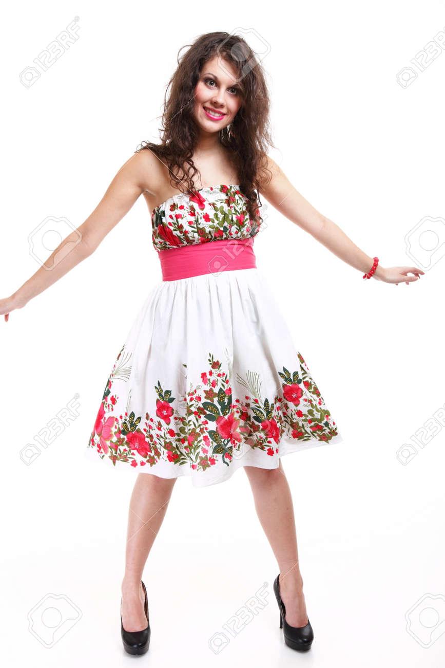 75d2e714382 Banque d images - Pleine longueur mode jeune femme en robe d été fleurie  sur fond blanc