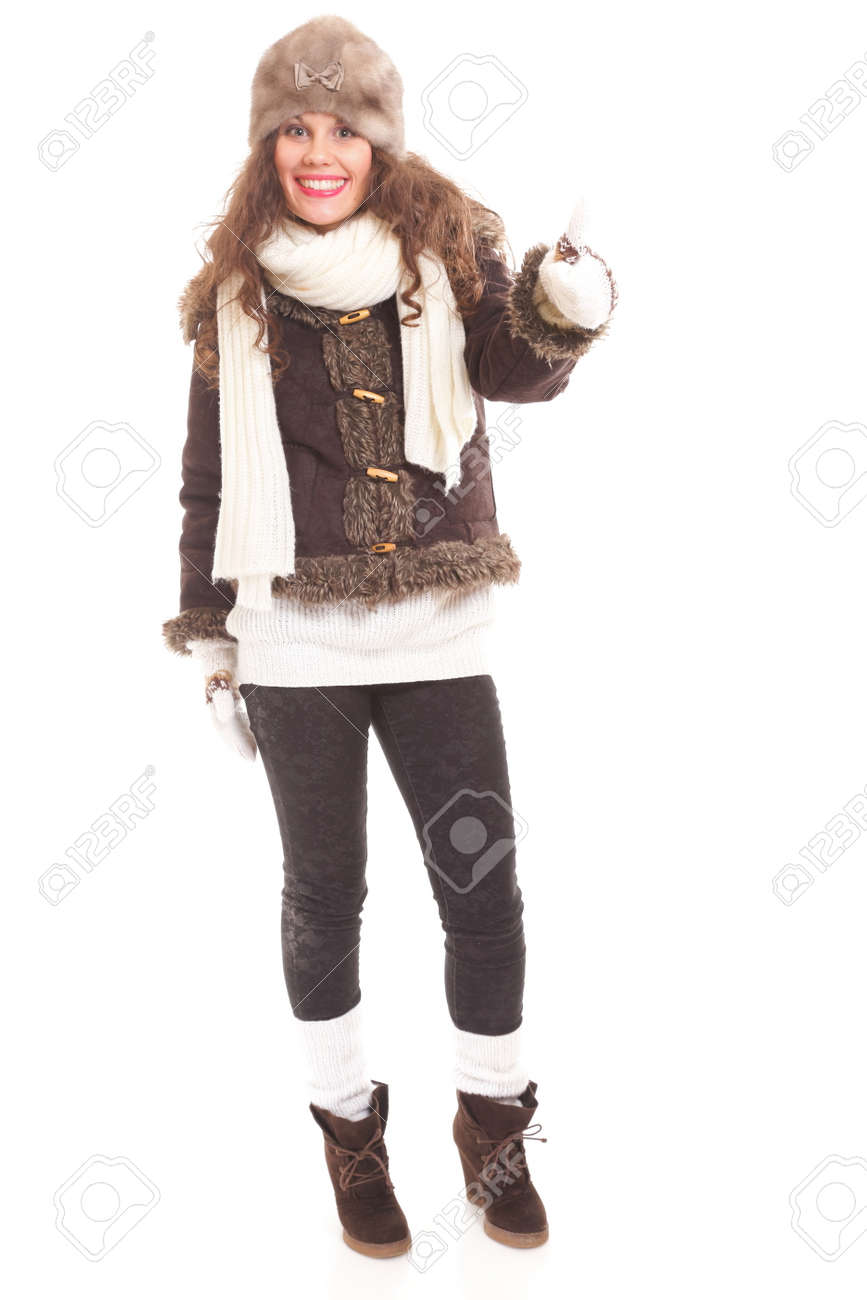6b887cc3fc20 La moda de invierno mujer hermosa en ropa de abrigo de cuerpo entero  aisladas sobre fondo blanco