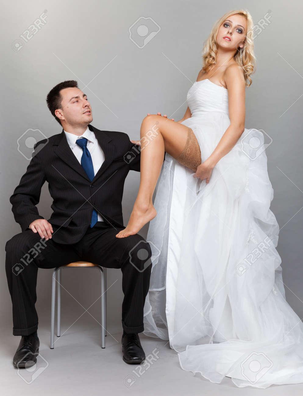 345928f8a Día De La Boda. Retrato De La Feliz Pareja Casada Sexy Rubia Novia Y ...