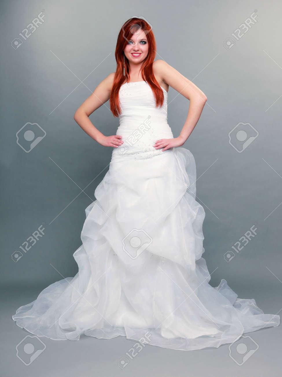 Jour Mariée Tourné Longue De Pleine Portrait Robe Sur Aux Bleus Longueur Rouge Blanche Studio Mariage Belle Cheveux Heureux En Yeux PZuOkXiT