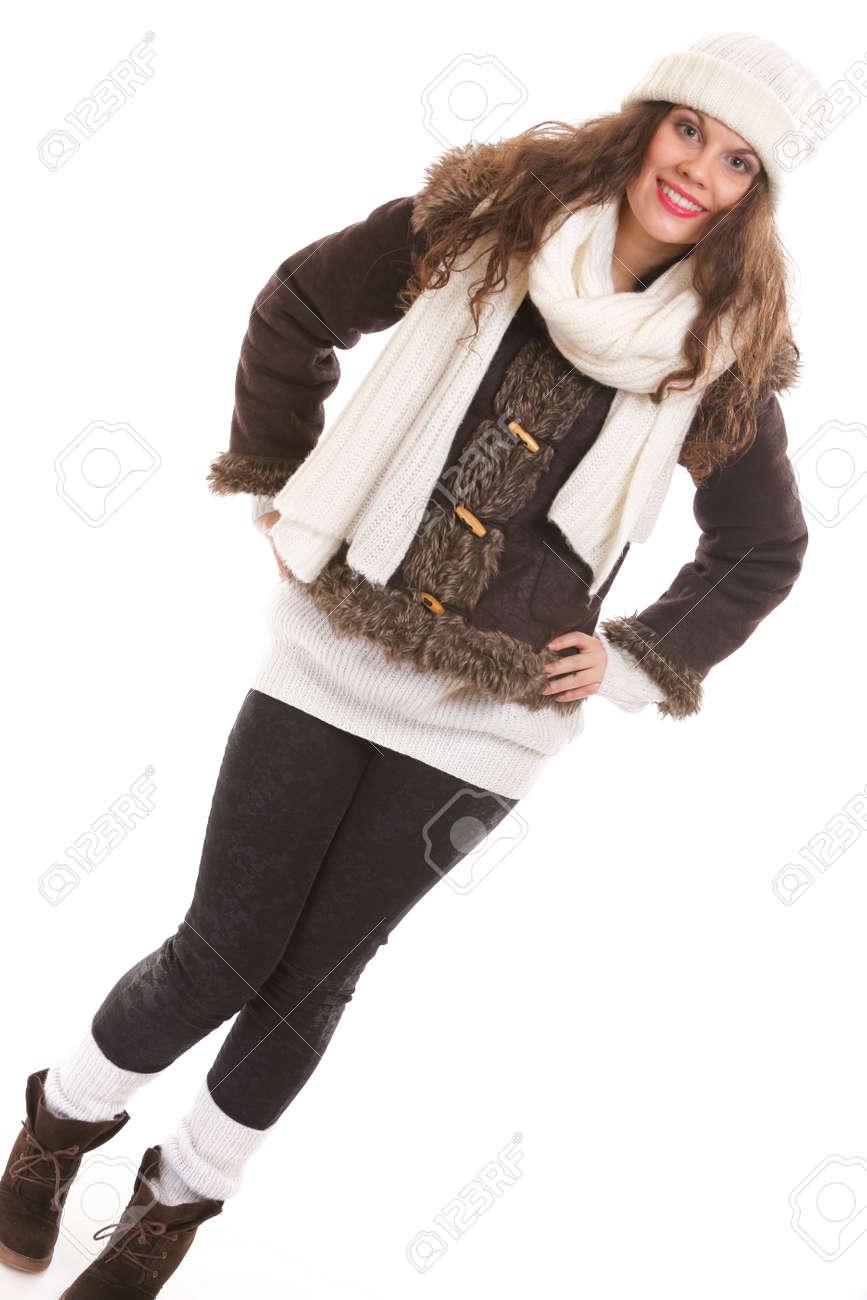 5e3d0745e204 Retrato de la moda de invierno mujer hermosa en ropa de abrigo sombrero  silenciador longitud completa aislado sobre fondo blanco