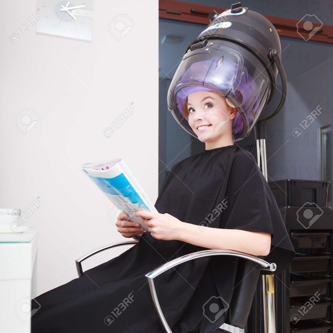 Jeune Femme Lisant Le Magazine Féminin Client Dans Le Salon De ...