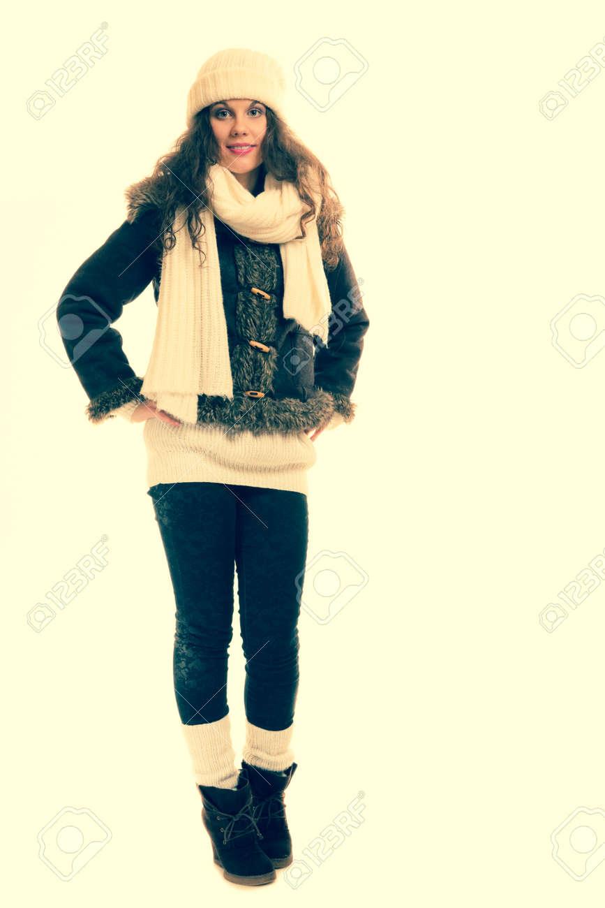 756008d6c192 La moda de invierno hermosa mujer en ropa de abrigo de cuerpo entero de la  vendimia entonó con filtro retro instagram
