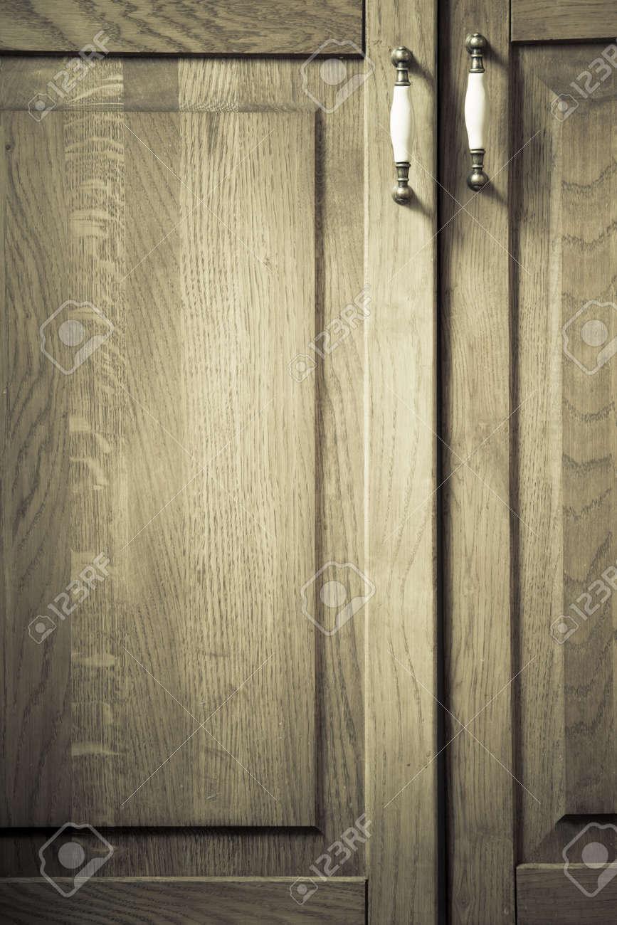 Parte de mueble. Estilo retro. Primer plano de armario de la cocina de  madera de época o un armario de metal maneja como fondo.
