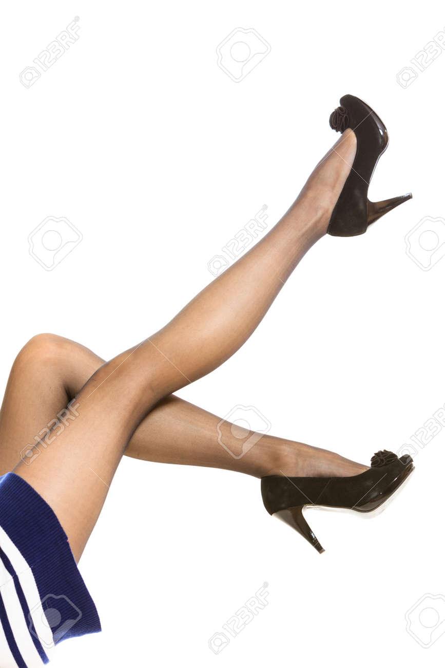 8d530af8c475ce Schöne lange Beine Frau in schöne schwarze Strumpfhose High Heels isoliert  auf weiß Standard-Bild