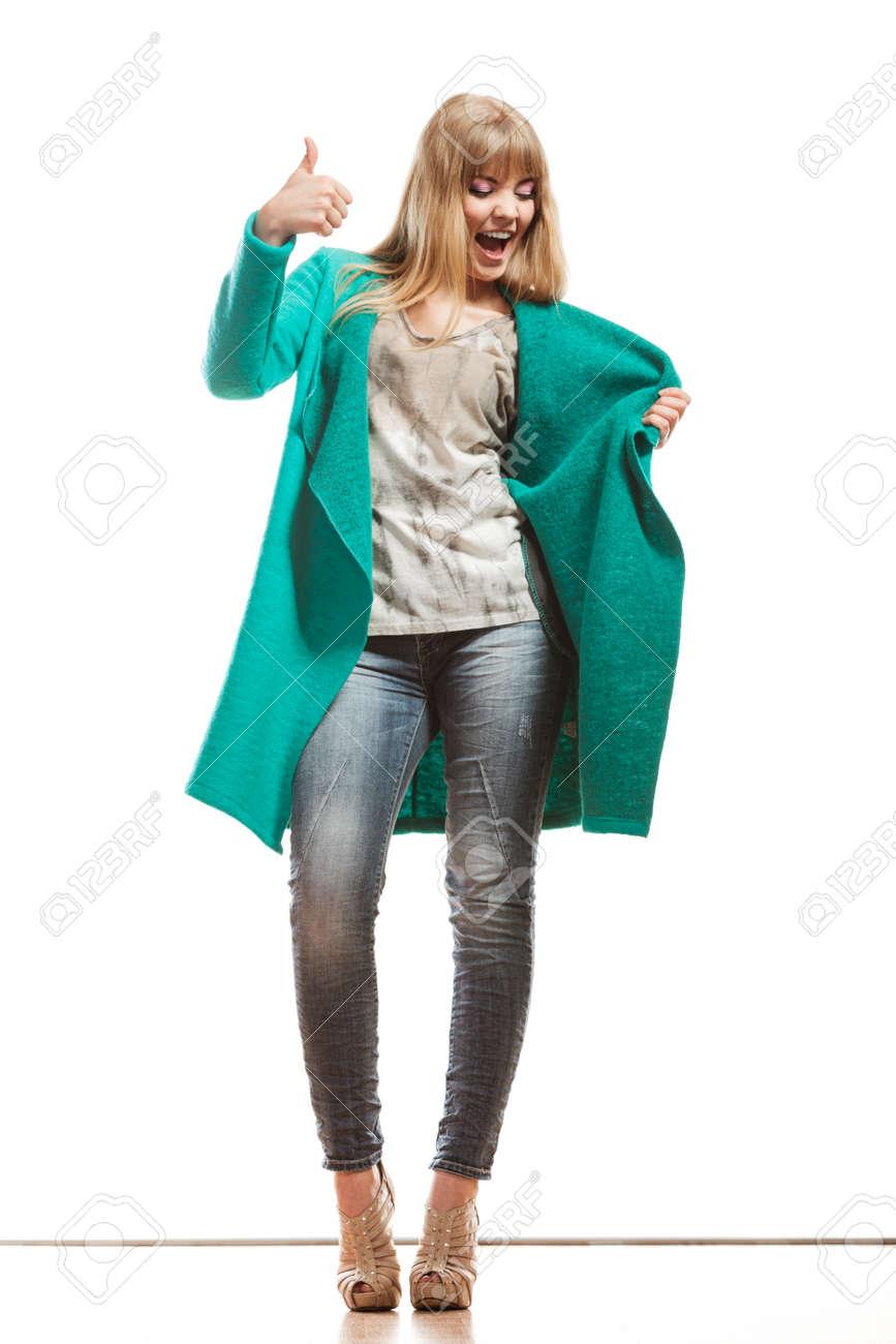 all'ingrosso online ordine nuova collezione Moda. Integrali donna dei jeans felice pantaloni alla moda verde making  cappotto blu pollice sul segno della mano gesto isolato