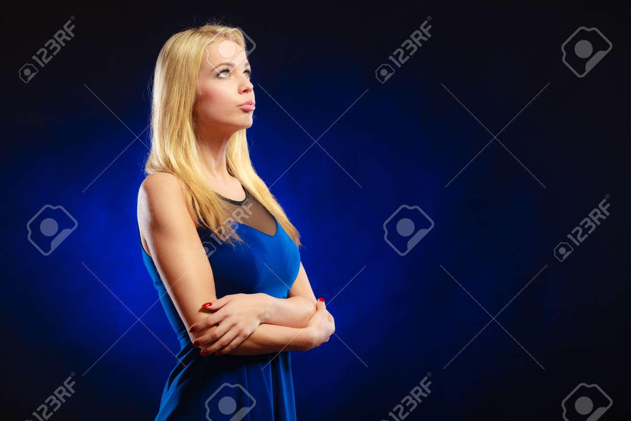 Sonar con vestido de noche azul