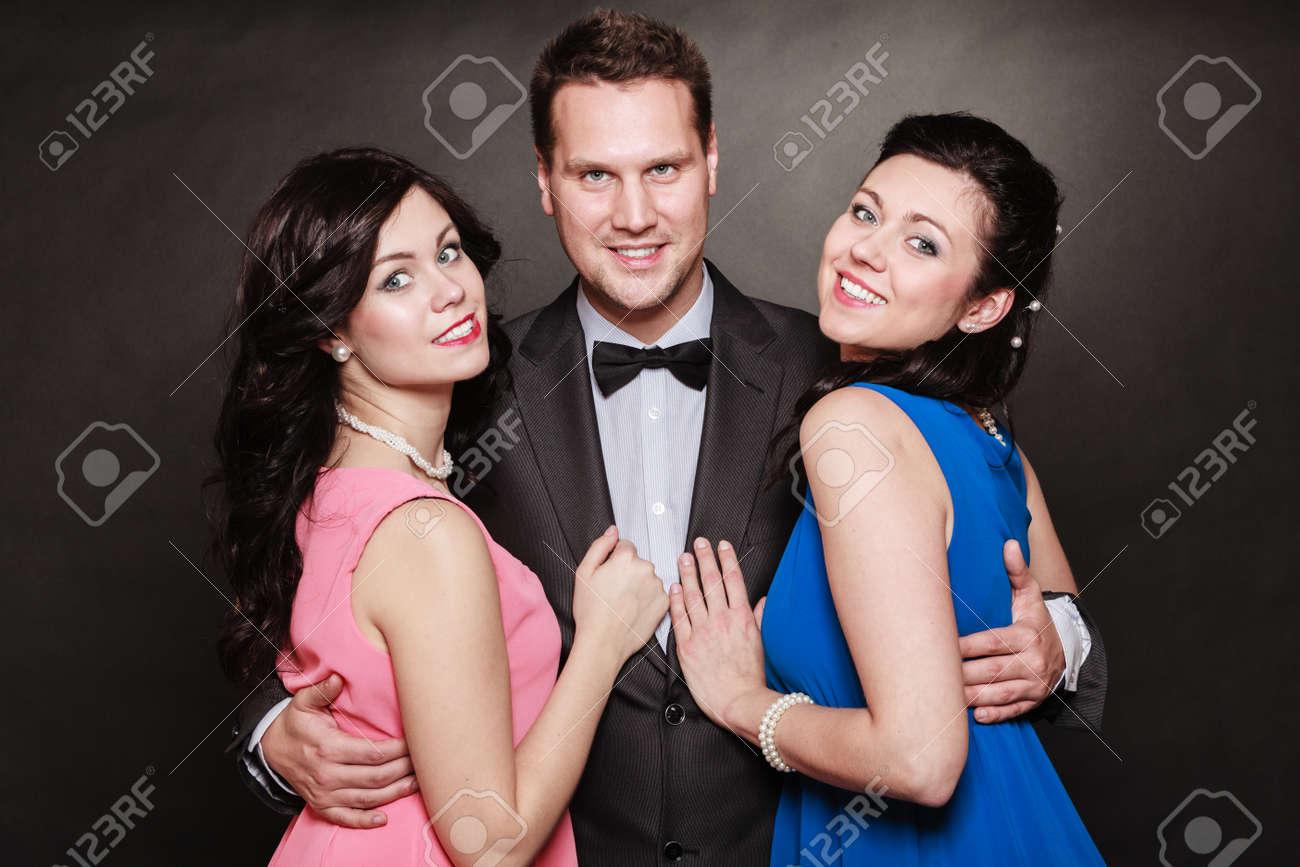Liebe Dreieck Oder Freundschaft. Porträt Der Lächelnden Zwei Frauen ...