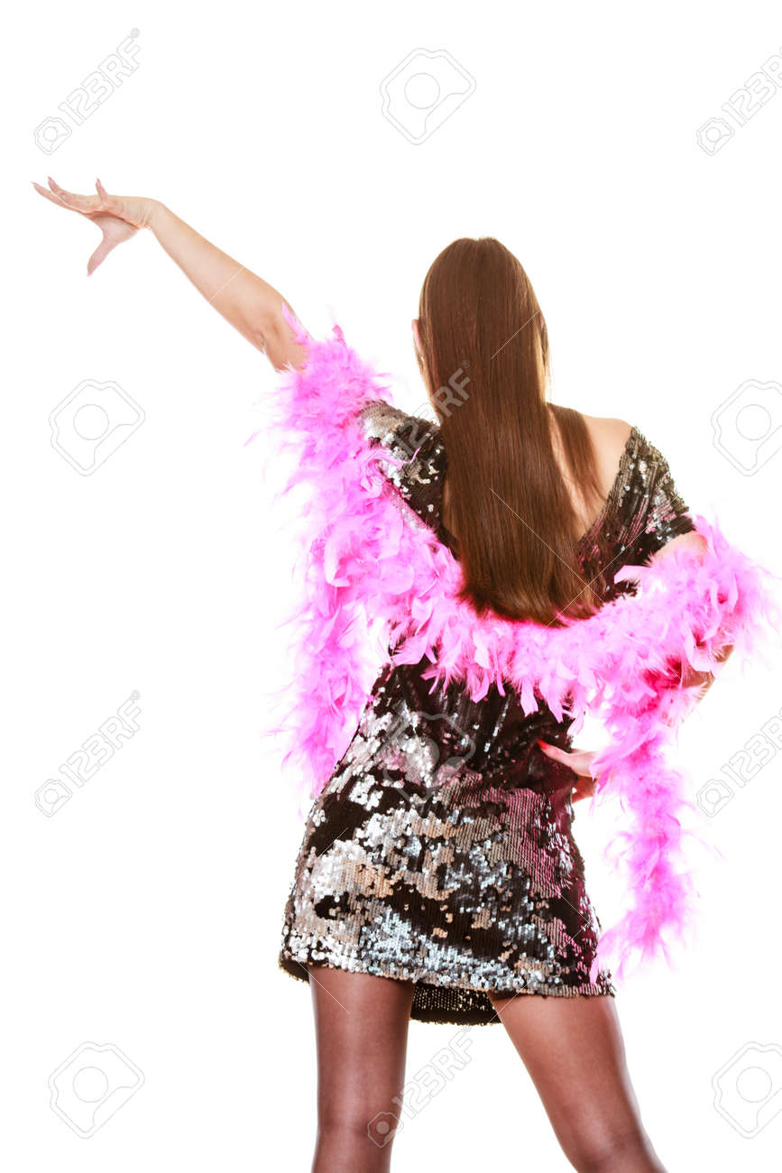 Fiesta celebración del año nuevo y carnaval concepto. Mujer elegante en traje de lentejuelas noche de plumas rosa bailando boa aislado en fondo ...