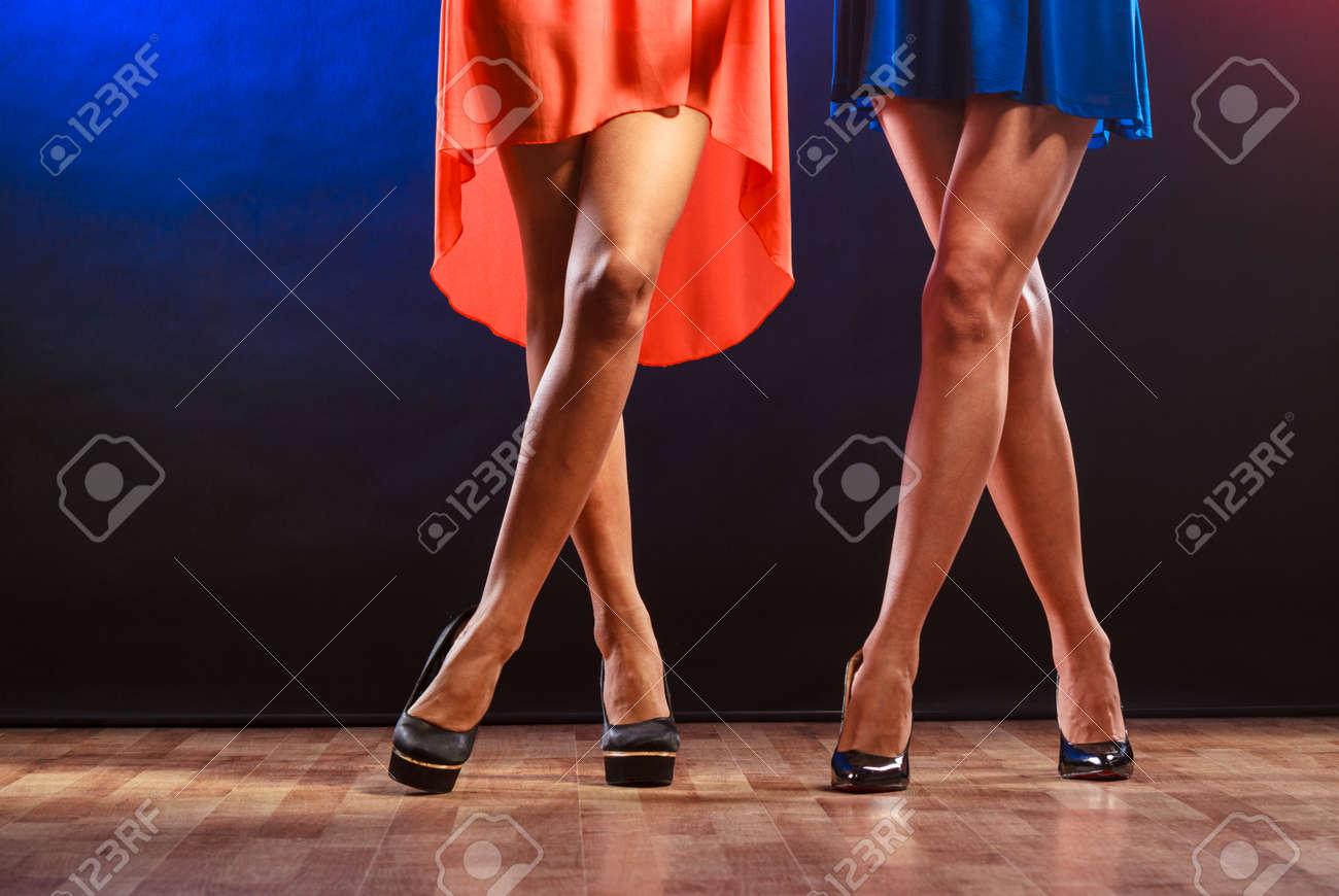 Fiesta, Celebración, Concepto De Discoteca. Las Mujeres En Vestidos ...