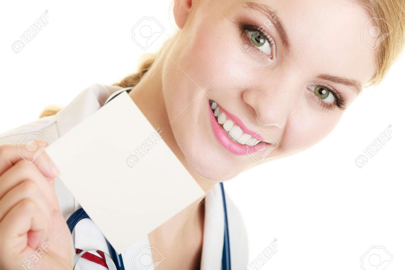 Carte Assurance Maladie Femme.Femme En Blouse Blanche Recommandant Votre Produit Medecin Ou Infirmiere Avec Stethoscope Tenant La Carte Espace Copie Vierge Isole Personne
