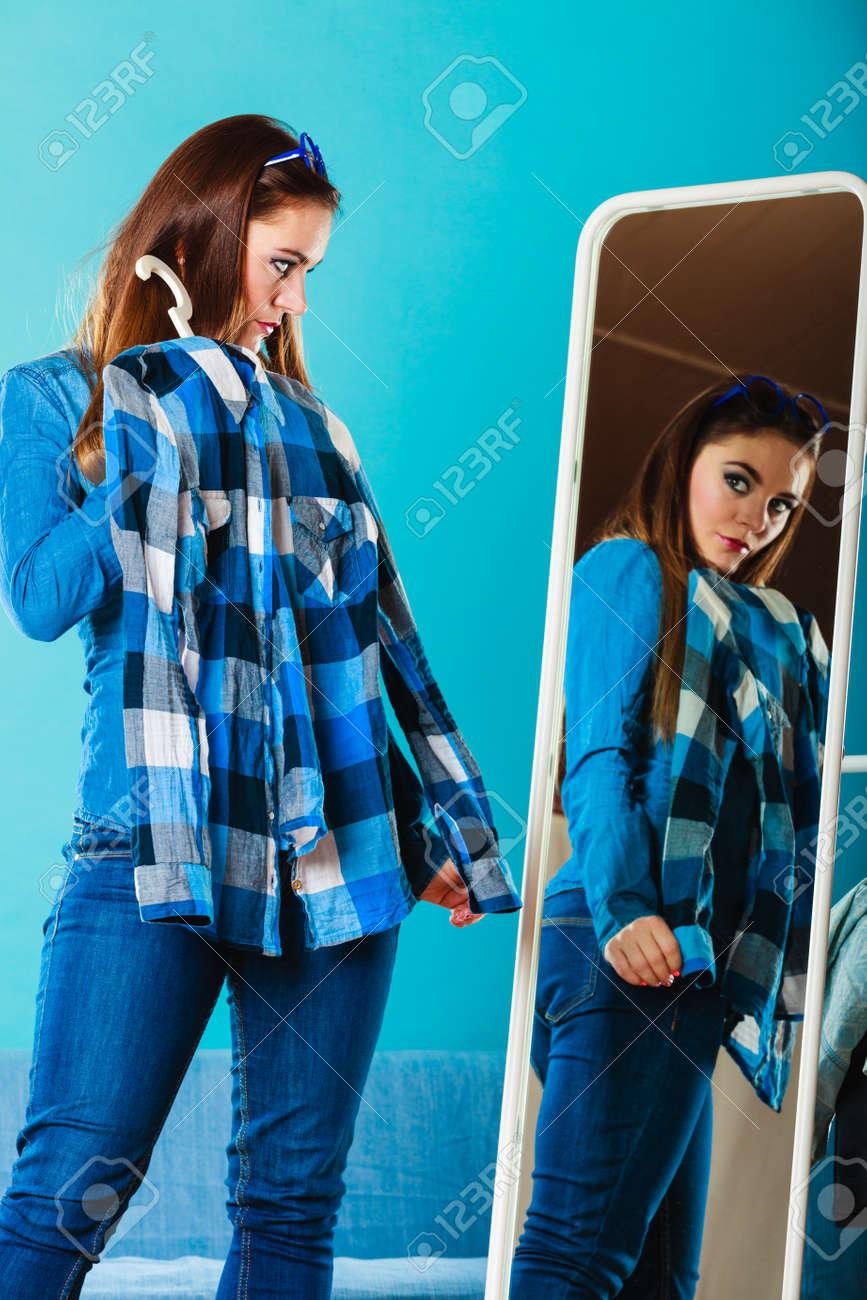 02a202e7c6169 Al por menor y venta. Chica Mujer de moda comprar ropa. Mujeres celebración  cliente