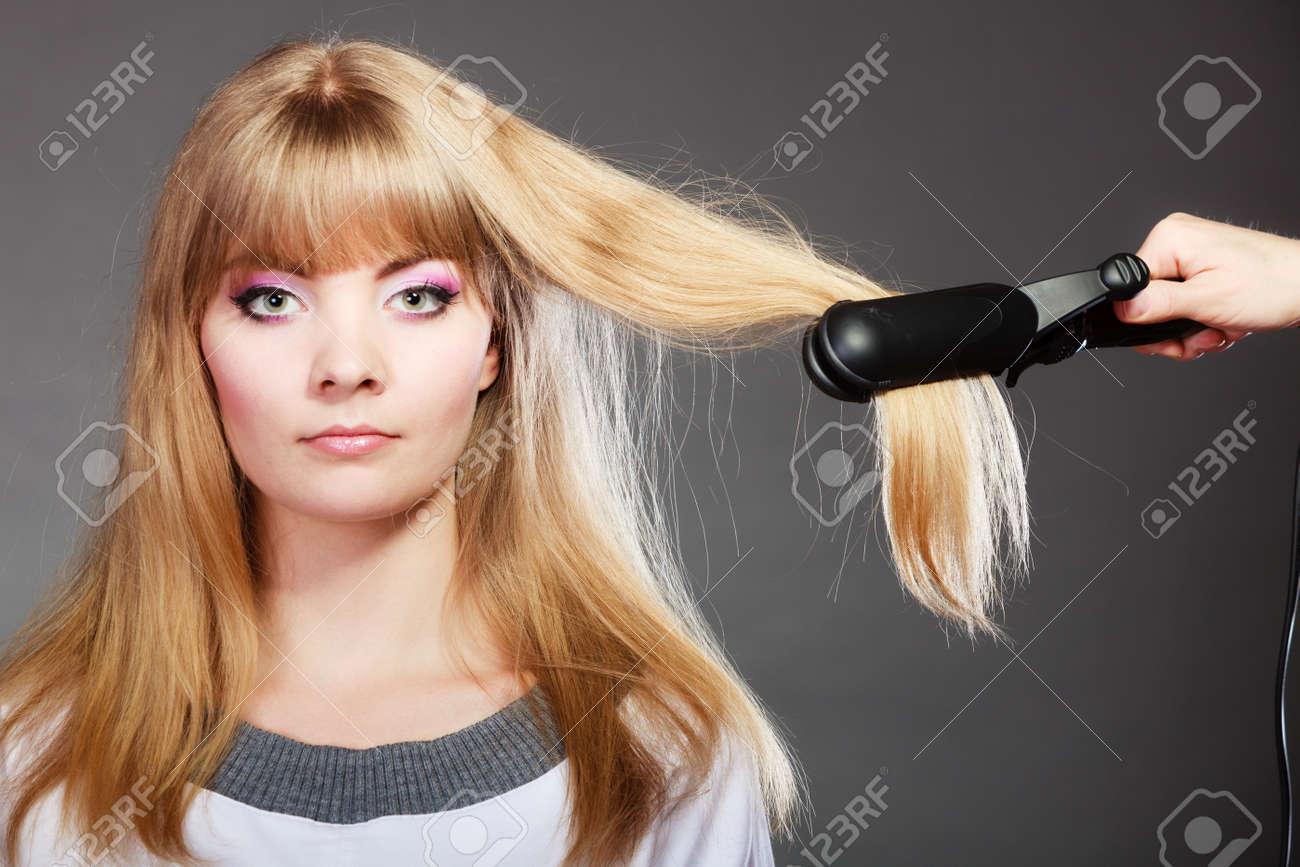 cortes de cabello atractiva mujer rubia largo peinado toma de peinado de cabello con plancha with cortes de peinado