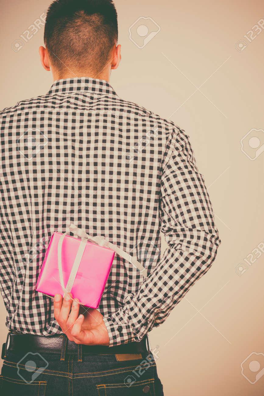 Man Versteckt Rosa Geschenk-Box Mit Weißem Band Hinter Dem Rücken ...