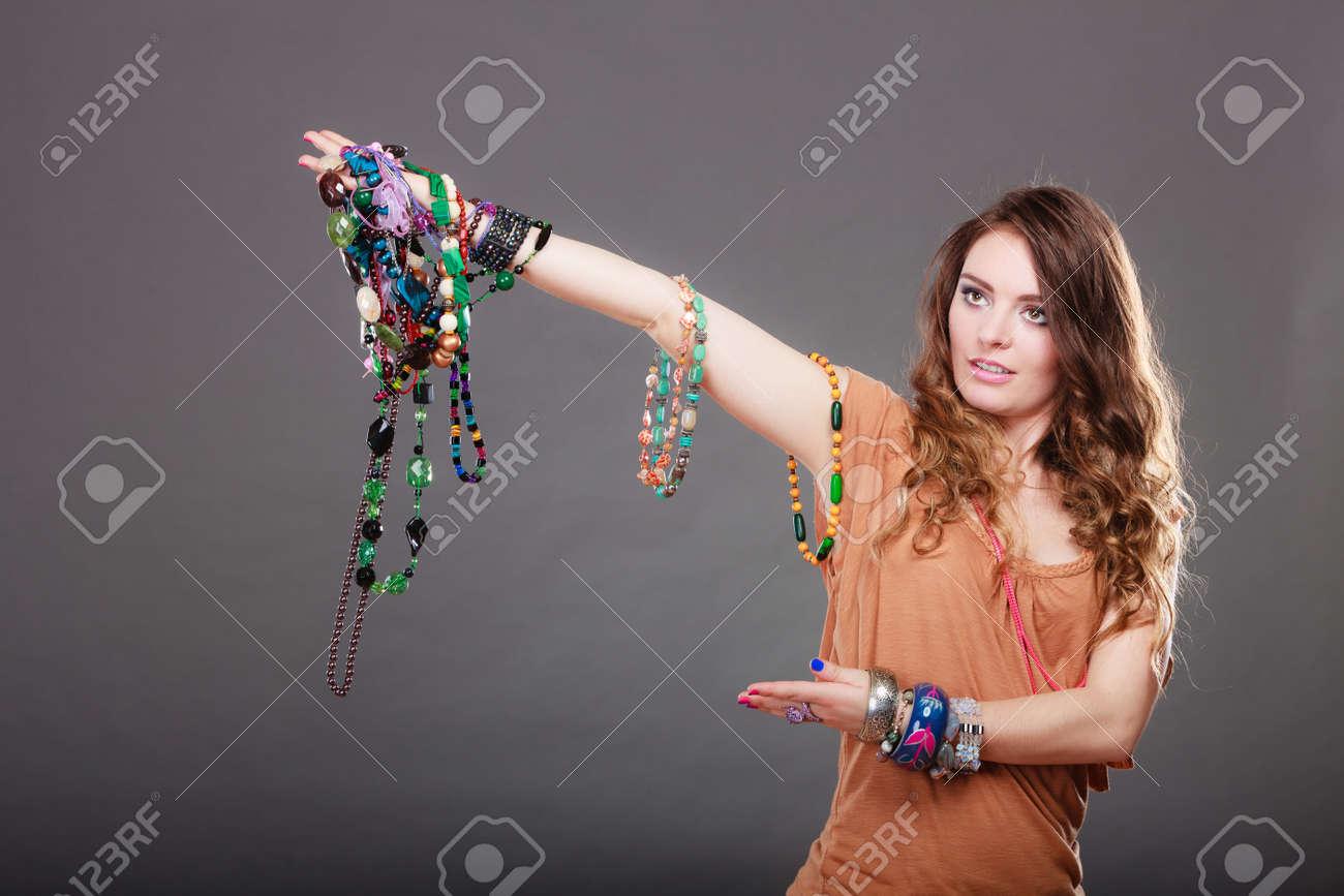 Jolie Colliers De Nombre Femme Des Et Précieux Magnifique Bracelets Portant Bagues Jeune Bijoux PerlesPortrait Abondant Maintien Fille tQrhsd