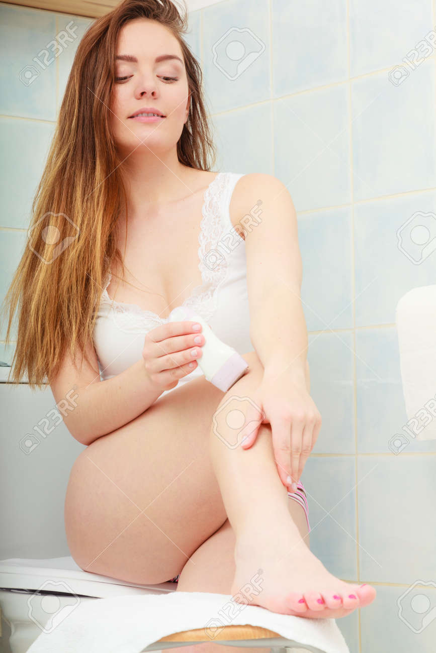 Concepto de cuidado de la piel corporal Higiene. La eliminación del vello. piernas  mujer cc9500f763ed