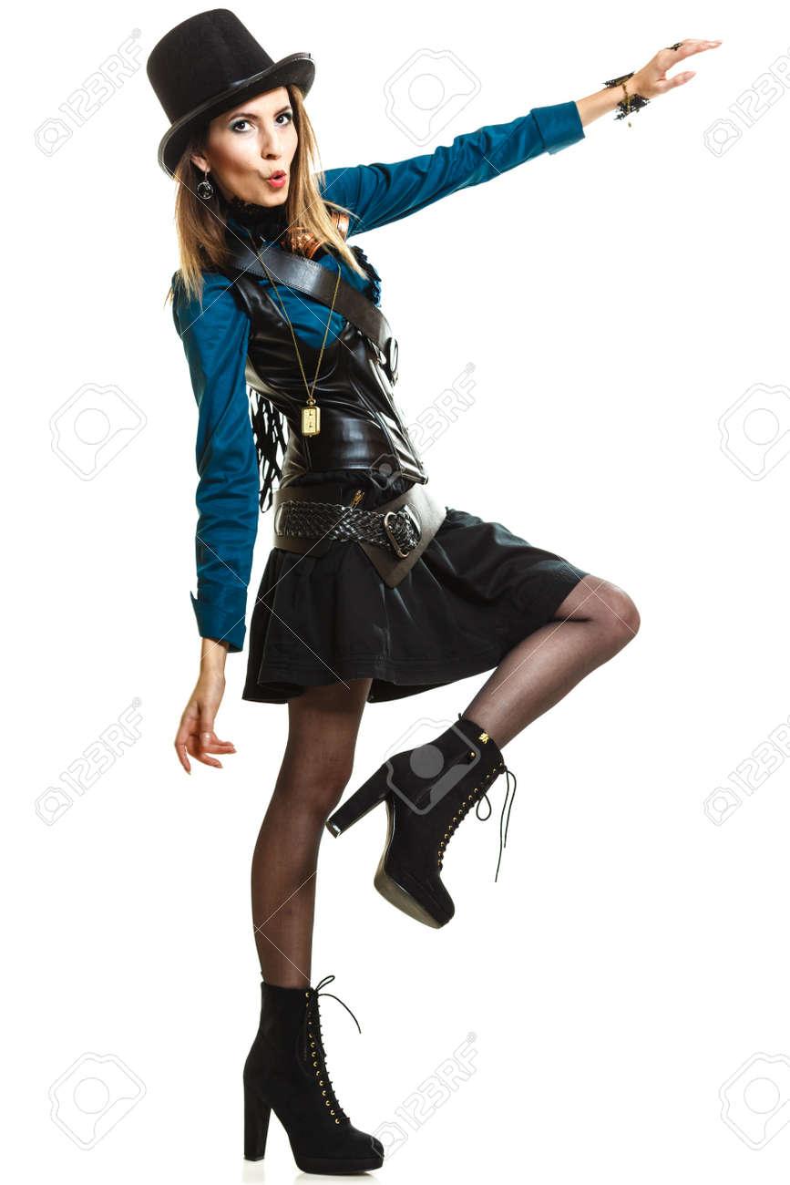 Foto de archivo - Steampunk joven islolated chica en blanco que llevaba sombrero  de lujo. Fantasía vieja moda con adorno elegante y posando gafas. d6460396d5e