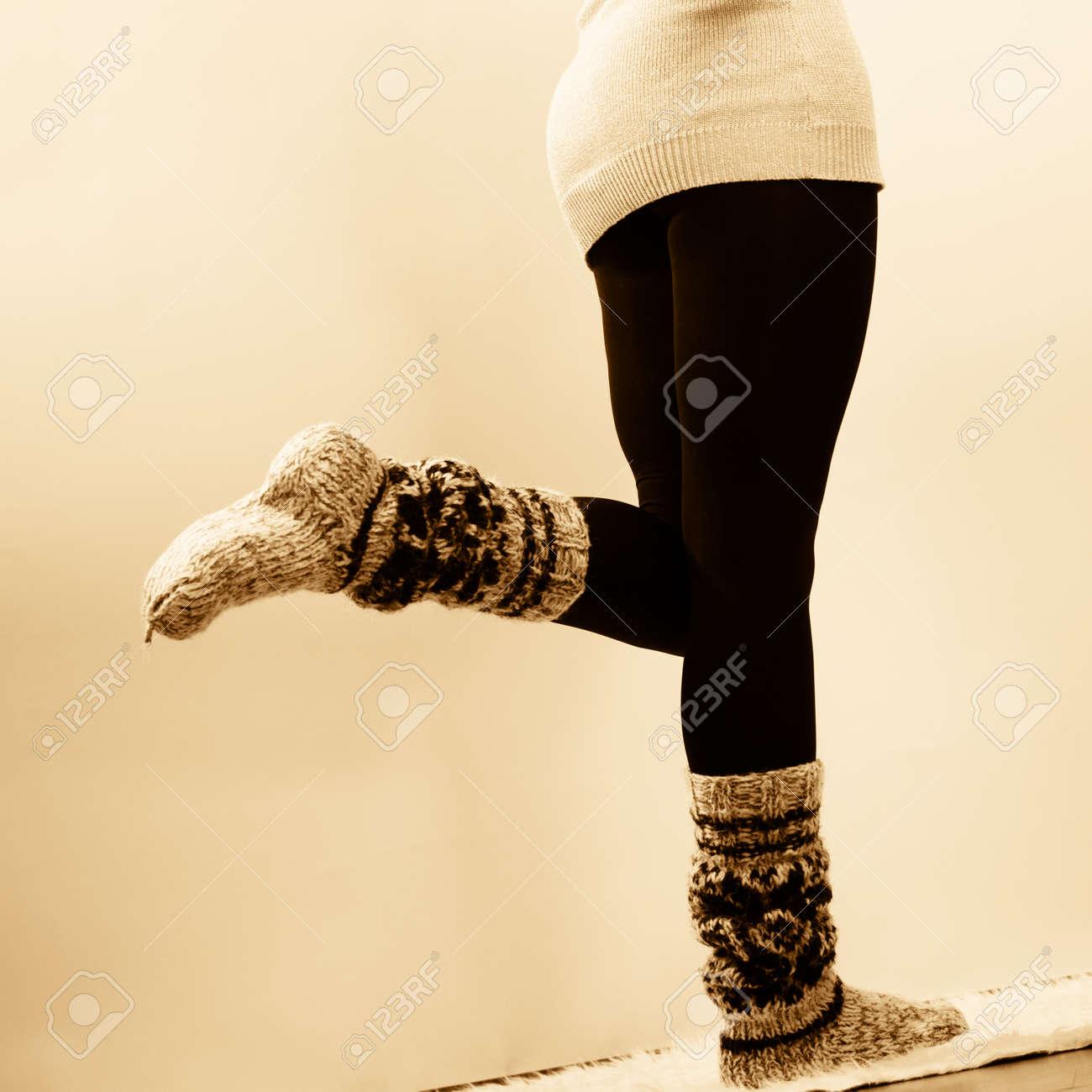 6bd2feae824 Banque d images - Mode d hiver. Jambes de femme en collants noir et  élégantes chaussettes chaudes de laine à la mode