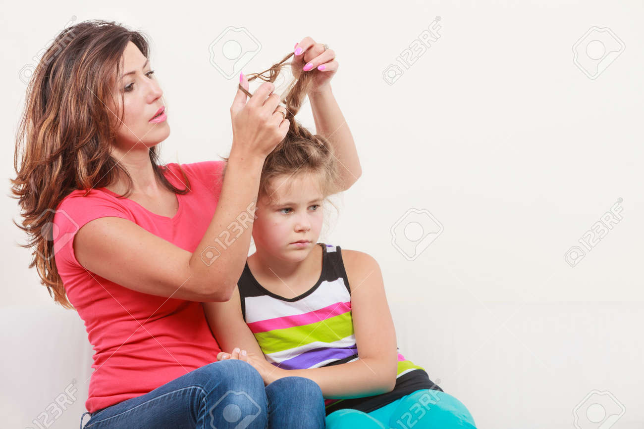 Mutter Kämmen Tochter Kümmern Frisur Mädchen Unglücklich Mutter