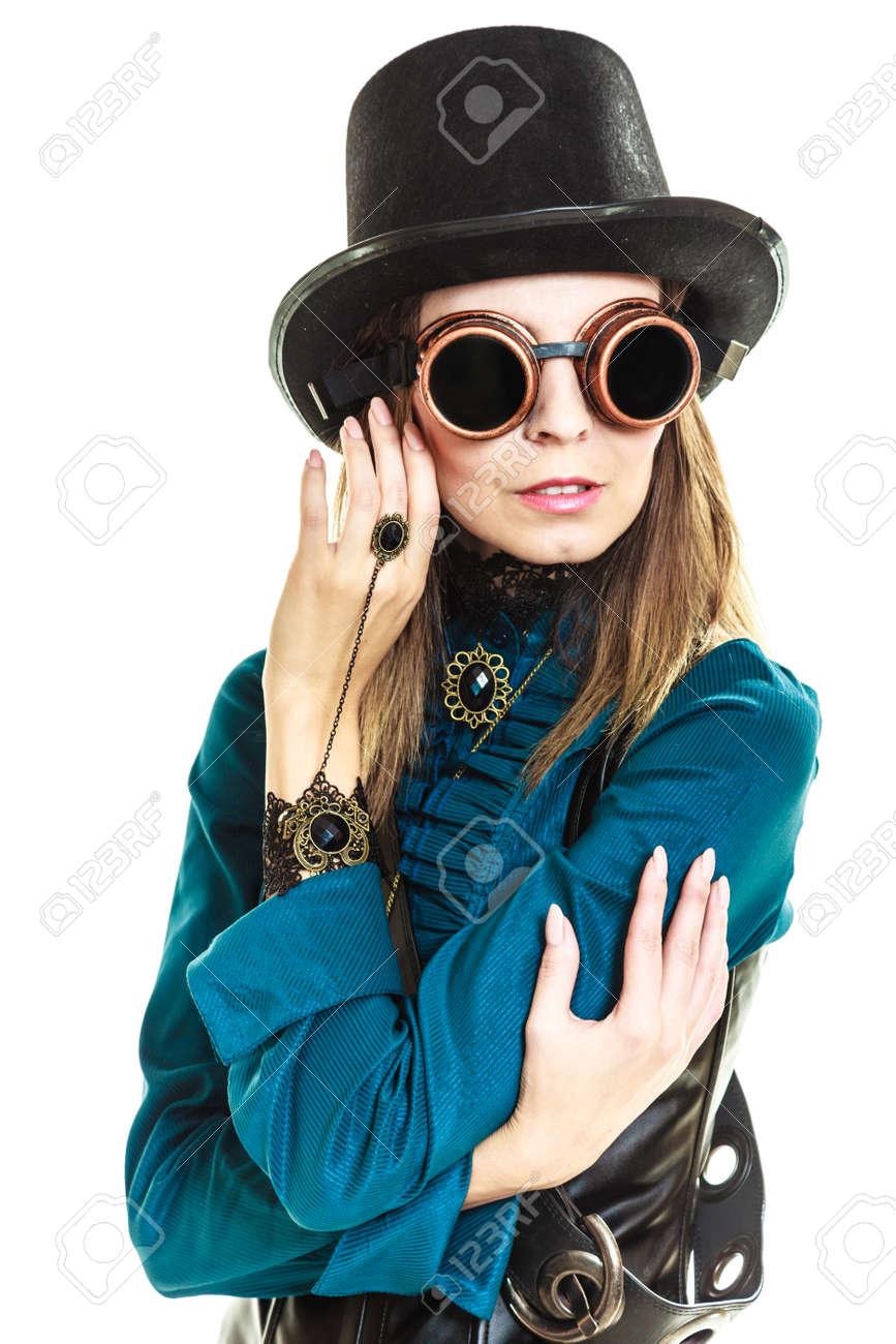 Foto de archivo - Steampunk joven islolated chica en blanco que llevaba sombrero  de lujo. Fantasía moda antigua con topper con estilo y gafas. 5169b187e09