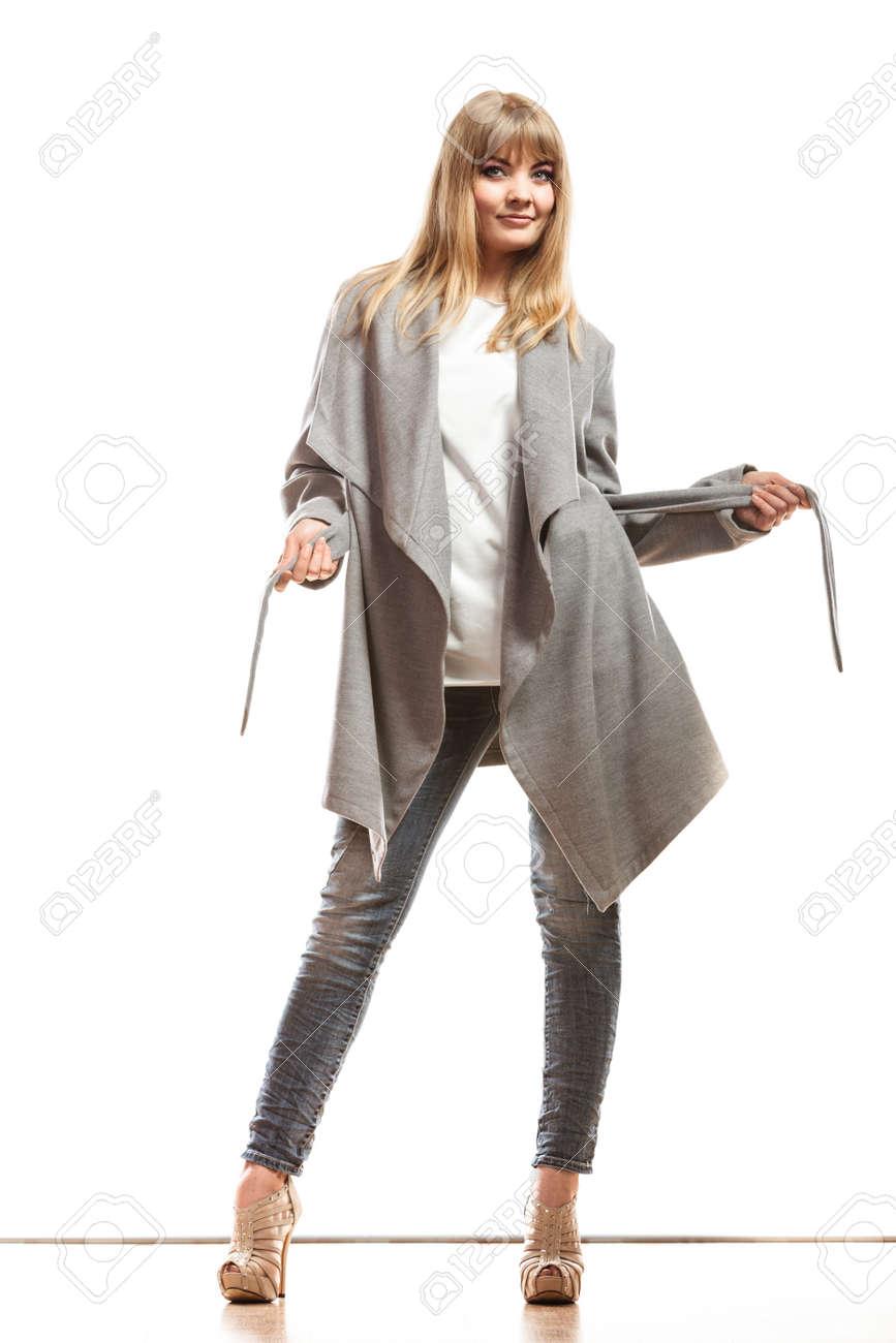 online retailer 79f05 fea46 Moda. Giovane donna bionda alla moda in elegante cappotto grigio cintura.  Posa di modello femminile isolata su fondo bianco