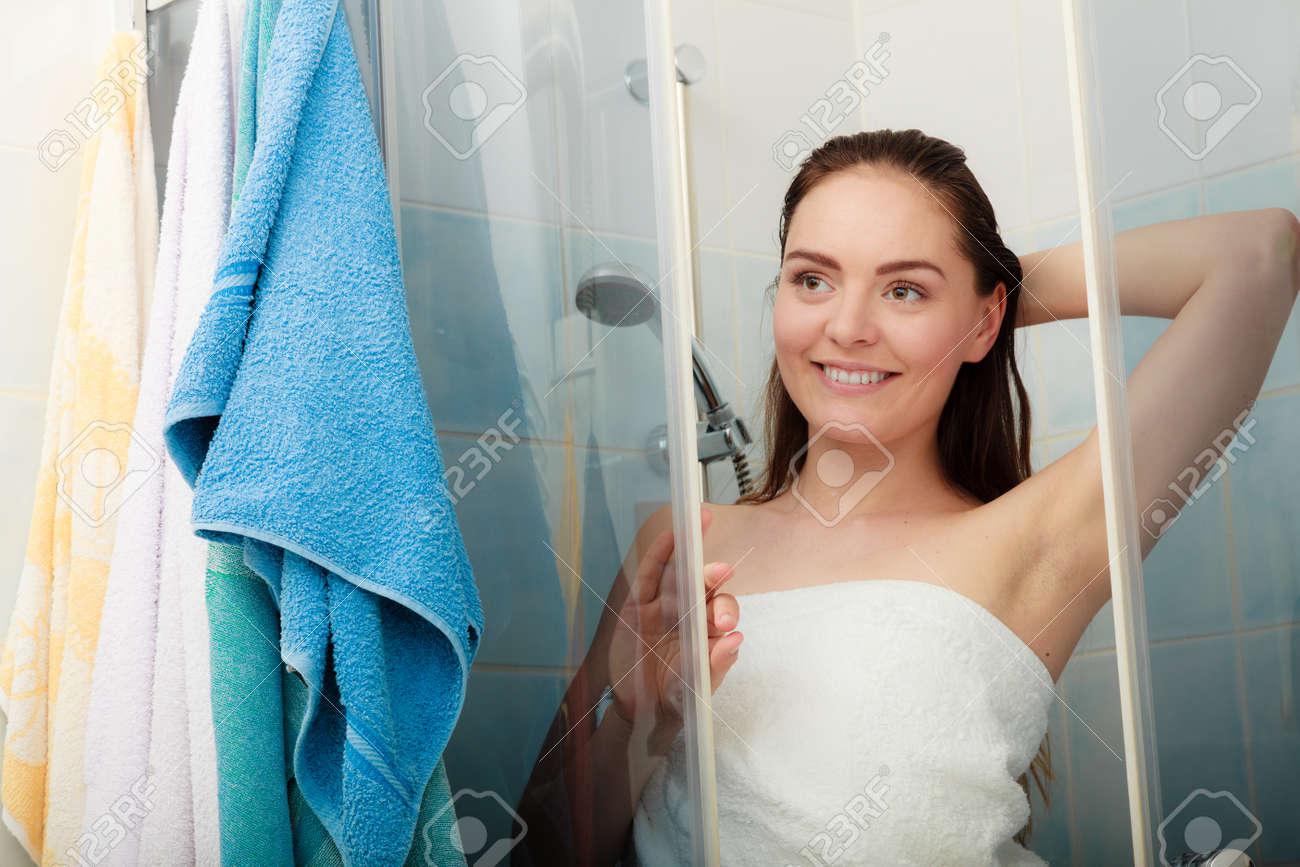 Fille A La Douche fille douche dans l'enceinte de la cabine de douche. femme prenant