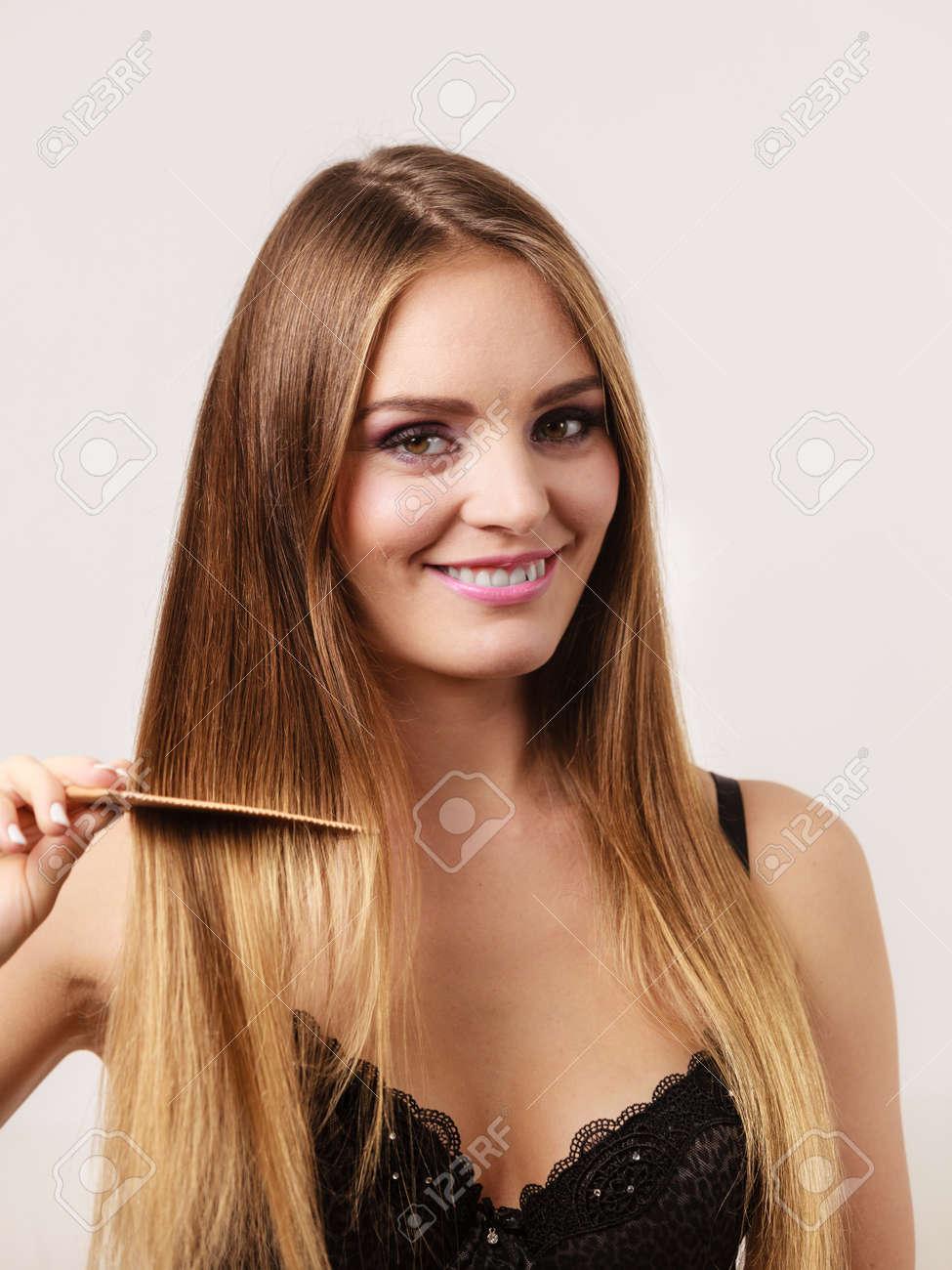 Frau Trägt Spitzen Dessous Erfrischende Ihre Frisur Lange Haare Mit