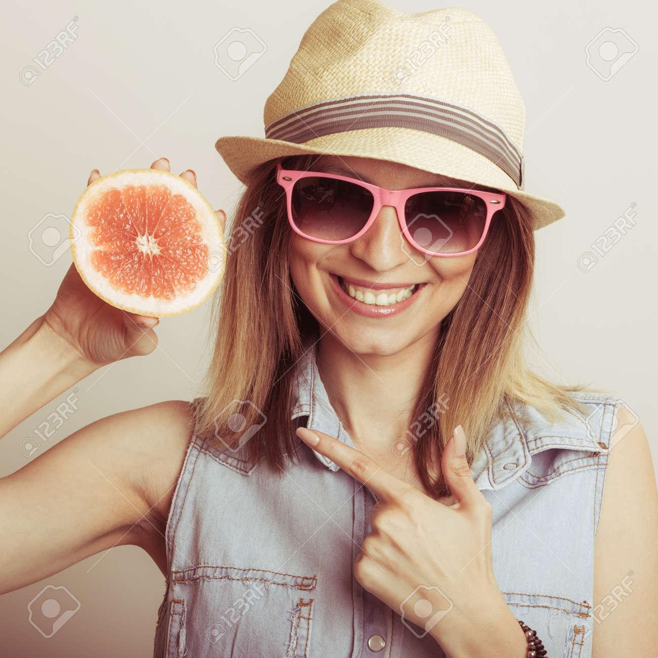 Feliz Gafas Contenta Y Mujer En Sombrero Cítricos Sol Señalan Con Que Saludable Paja Los Dieta De La PomeloAlimento Turística v7Ibf6yYg