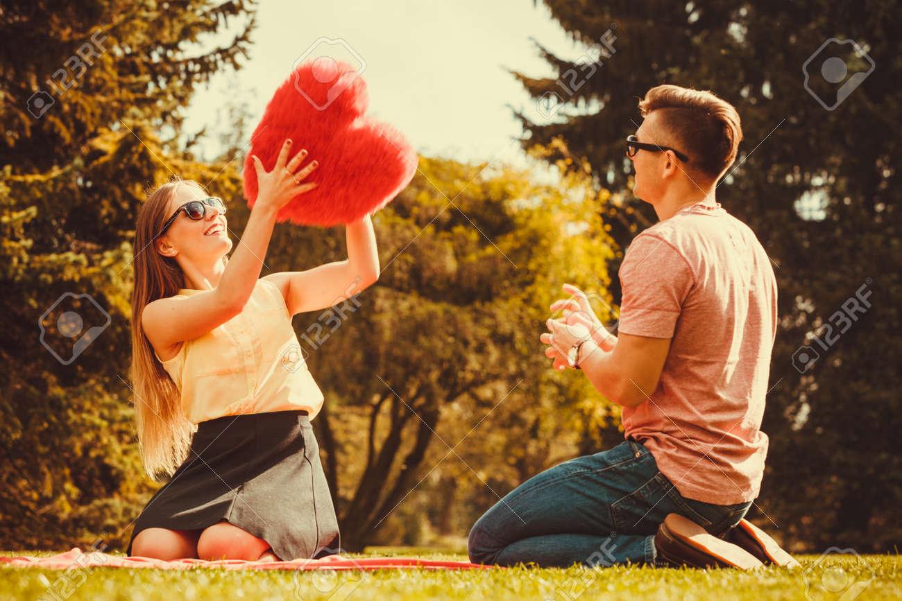 Dating ein Mädchen spielt schwer zu bekommen
