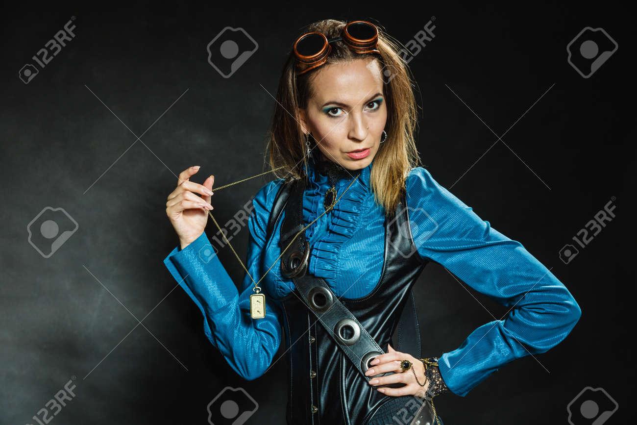 Foto de archivo - Steampunk y el estilo retro. Mujer de la vendimia  atractiva con accesorios de última moda en fondo oscuro. Retrato femenino de  moda. 569bb3e8c12