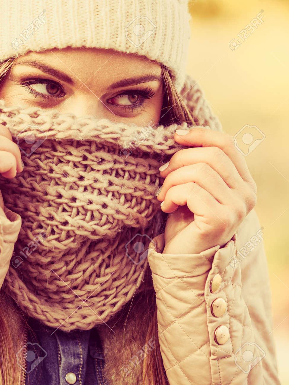 negozio online 5a004 60046 Abbigliamento concetto di moda. Donna con la sciarpa e cappello. Signora  attraente che porta i vestiti di lana per la stagione autunnale.