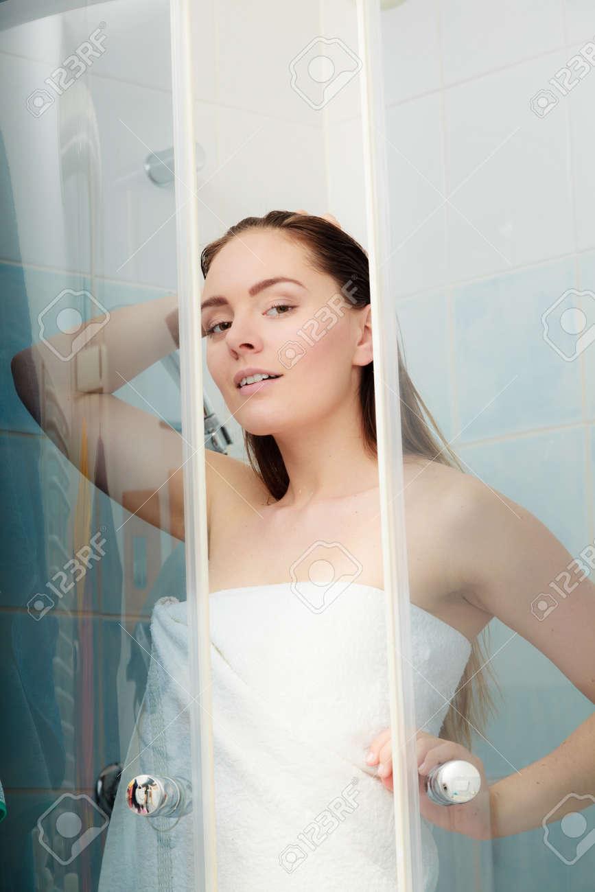 Vidéos - la jeune fille se lave les cheveux.