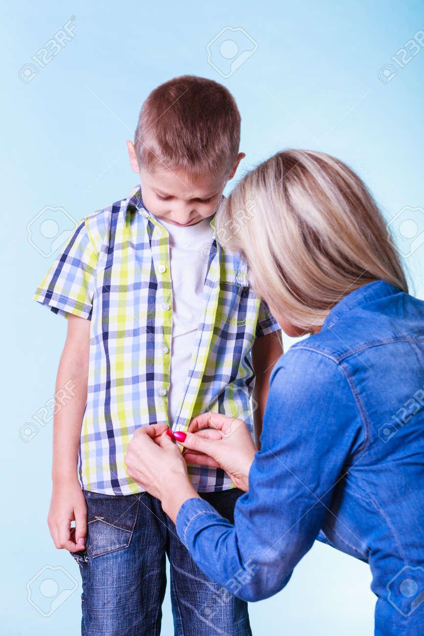 Prendas De Vestir Apropiado Para Niños De Vestir Ayuda De Los Padres La Madre Ayuda A Su Hijo Sujetar Botones Tratan Ropa Nueva A Prepararse Para