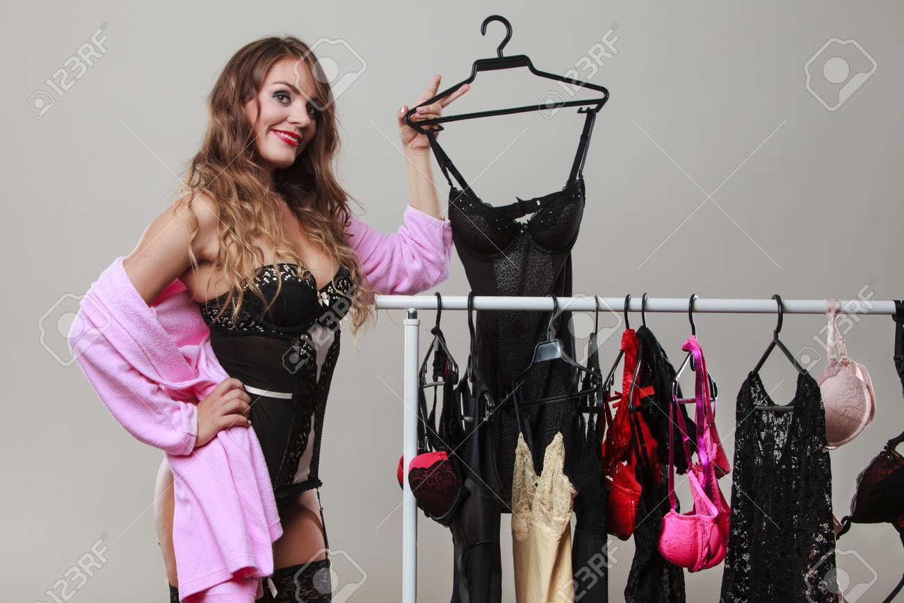 ff6408b1 Compras sexy y románticas. Hermosa mujer sensual de pelo largo comprar ropa  interior seductora. Dylema de elegir ropa interior.