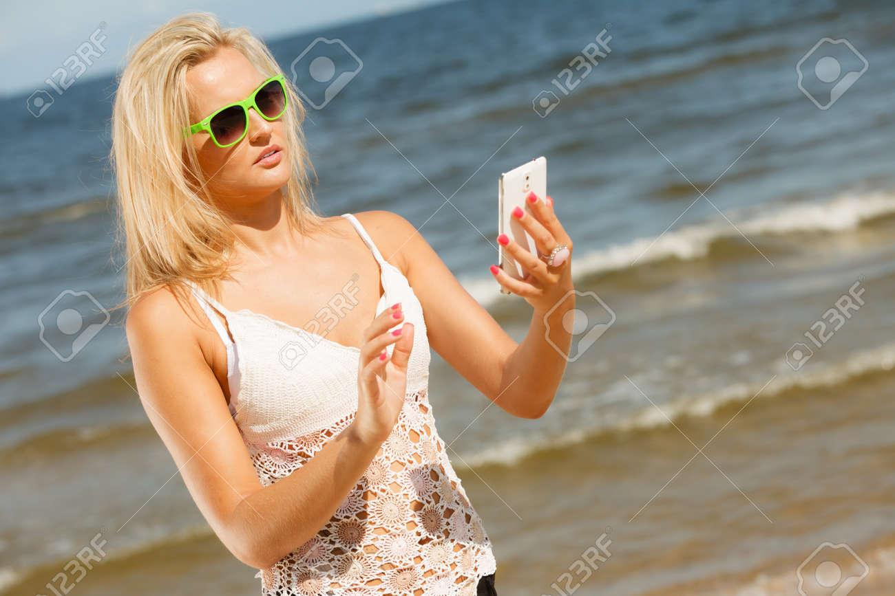 Ser De Sol Niña Teléfono Con En Móvil La Playa Gafas Para Su Usando myON8nvPw0