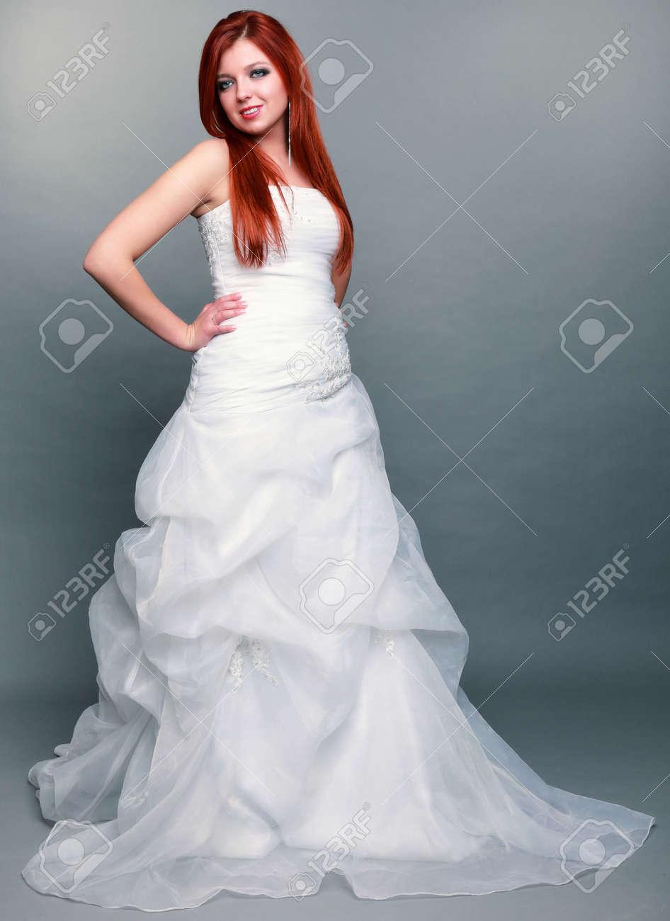 Jour De Mariage Portrait Heureux Beau Bleu Yeux Roux Mariee Longue Robe Blanche En Pleine Prise En Studio De Longueur Sur Fond Gris