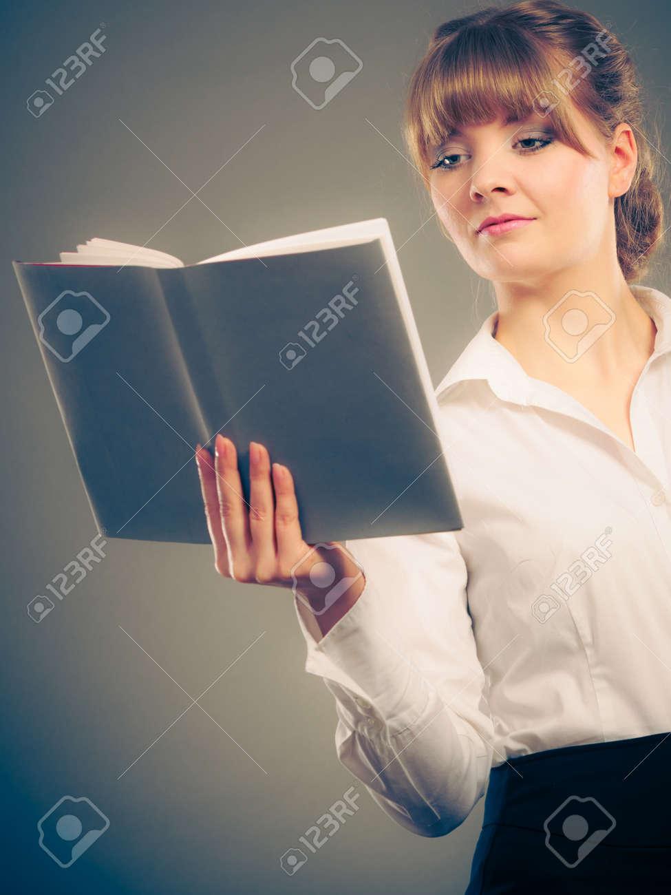 Femme Apprentissage Et Livre De Lecture Manuel Education Loisirs Jeune Fille En Chemise Blanche Etude Pour Examen