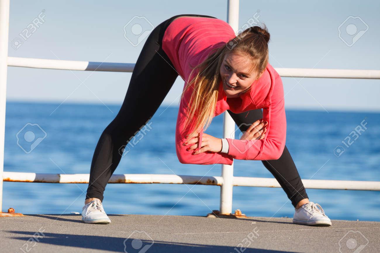 Frau Macht Sport Im Freien. Fitness Mädchen In Sportkleidung Auf ...