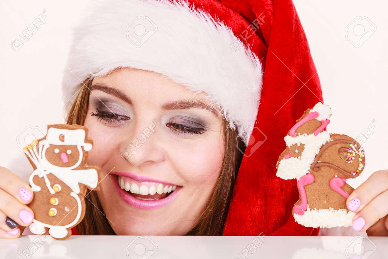Mujer Con Sombrero Rojo De La Celebración De Deliciosos Dulces De Jengibre  Galletas De Navidad Pequeño Muñeco De Nieve Y Santa Claus. 4ce08d82e4e