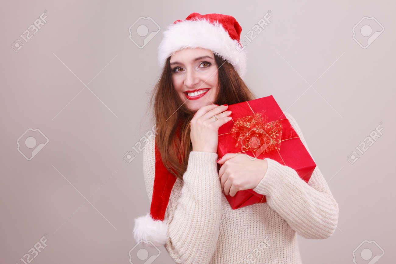 Herrliche Frau Mit Weihnachtsmann-Hut Mit Einer Roten Schleife Große ...