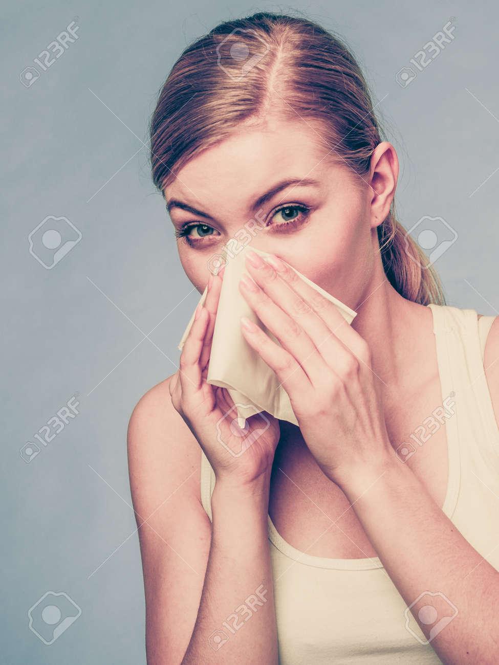 meilleur authentique qualité authentique vraiment à l'aise La maladie, la maladie, l'allergie, le concept de problème maladie. Femme  essuyant son nez avec un mouchoir en papier hygiénique ayant froid et se ...