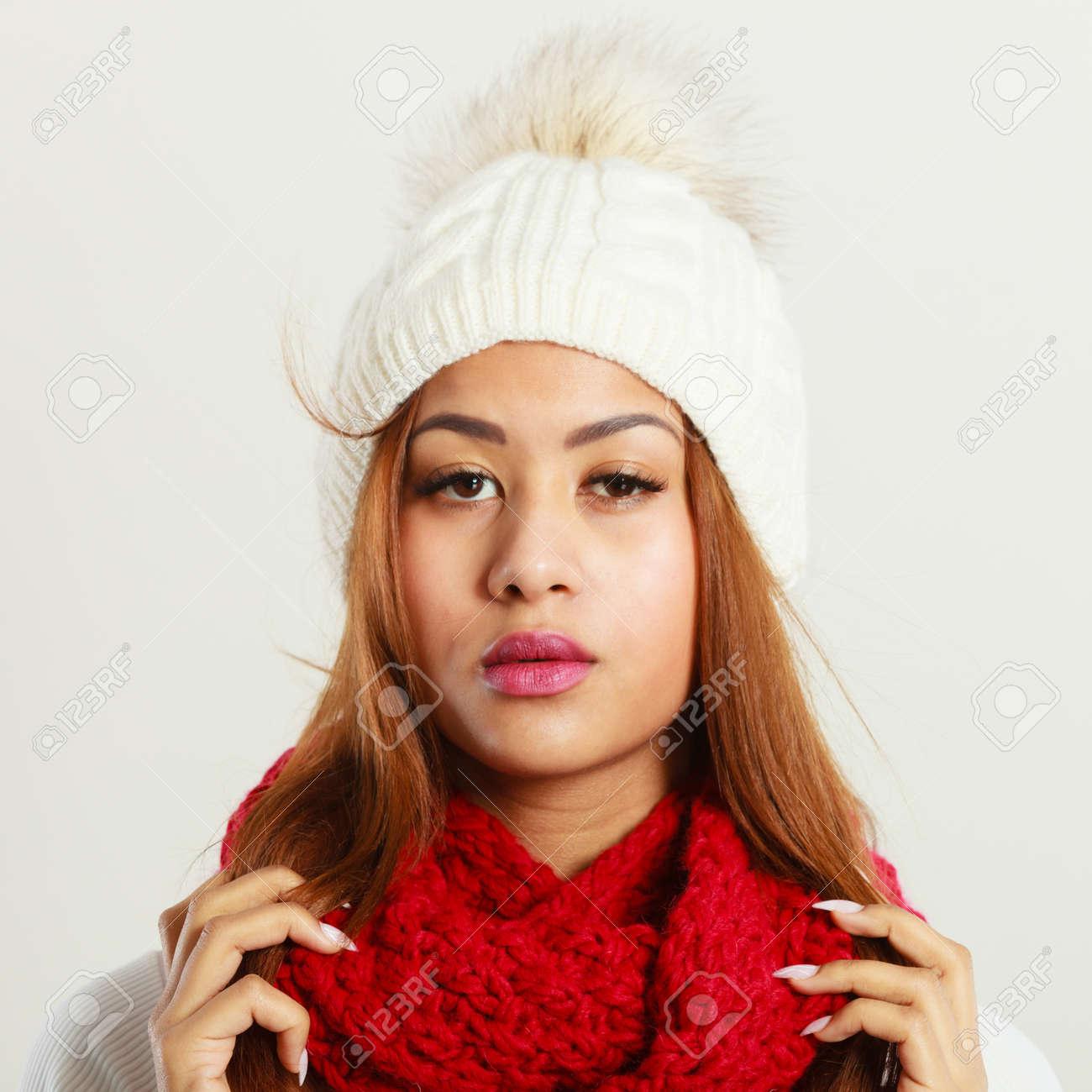 03ea6c7bc8b6 Banque d images - Les vêtements d hiver, le concept de la mode. Belle jeune  femme mulâtre portant écharpe de laine bonnet blanc rouge.