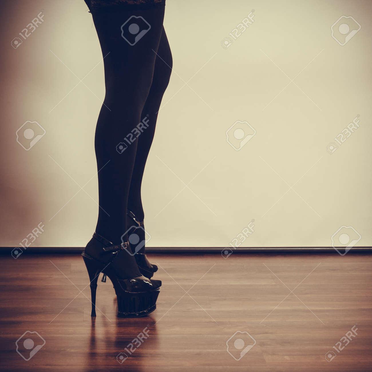 690a18a9142 스톡 콘텐츠 - 여성의 성행위. 검은 섹시한 스타킹을 입고 부분 본문 여자. 하이힐에 긴 여성 다리.