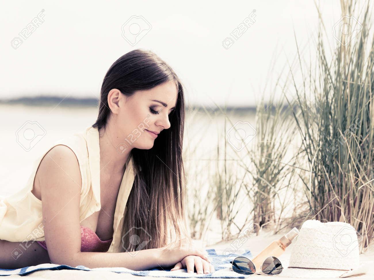 La Jolie Fille De L Air détendez-vous et loisirs. jeune femme de repos sur la plage d'été. jolie  fille bain de soleil sur l'air frais en été.