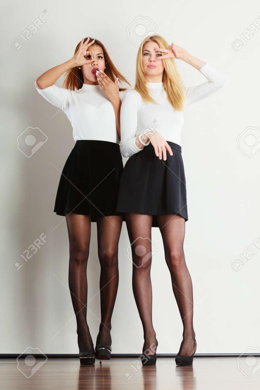 Foto de archivo - Ropa gente de la moda concepto. Disparo de damas de  cuerpo entero. Dos mujeres jóvenes hermosas que desgastan la falda negro y  una blusa ... bda3913d52d6