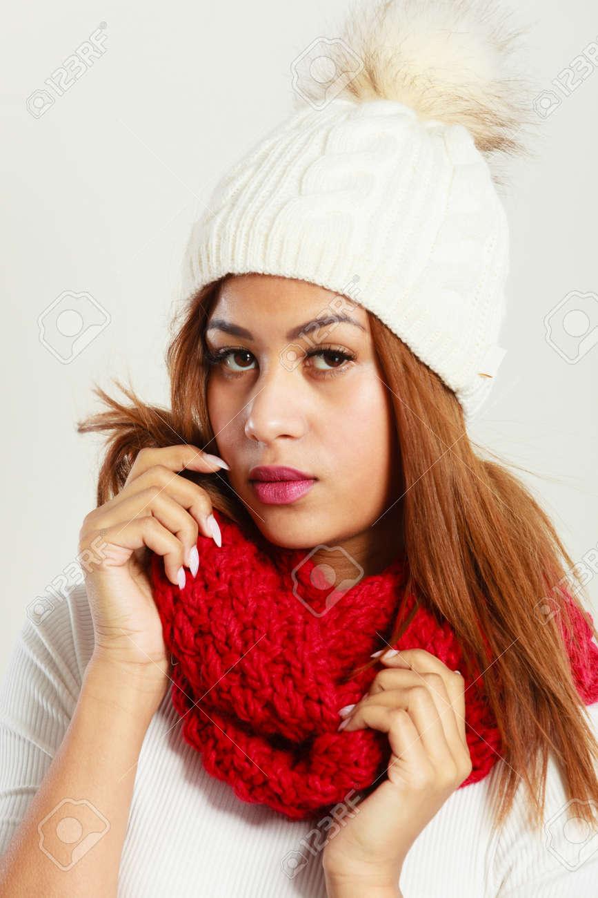 super specials outlet boutique nice shoes Les vêtements d'hiver, le concept de la mode. Belle jeune femme mulâtre  portant écharpe de laine bonnet blanc rouge. Mixte fille de course dans des  ...