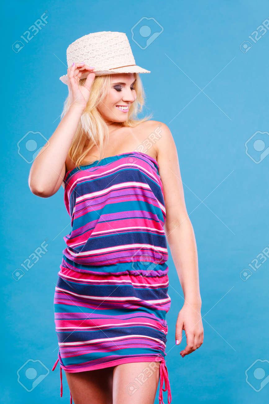 Sommer Modisch Modische Outfit Ideen Konzept. Blonde Frau Kurze ...