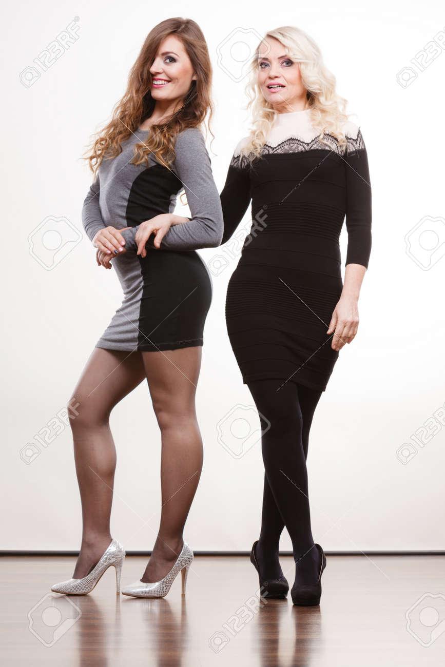 generation art und weise elegantes outfit-konzept. erwachsene tochter mit  der mutter in voller länge. zwei schlanke frauen kleider high heels schuhe,
