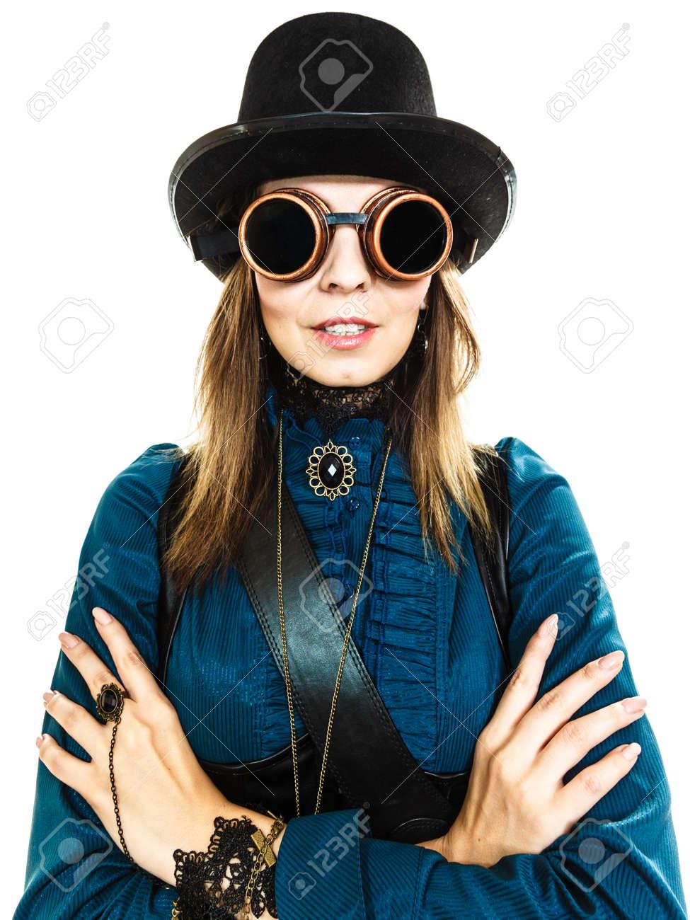 aa8e8ac5f296 84993363-bellezza-e-moda-stile-retrò-ritratto-di-epoca-bella-donna -in-cappello-nero-cappello-a-cilindro-e-vecchi.jpg