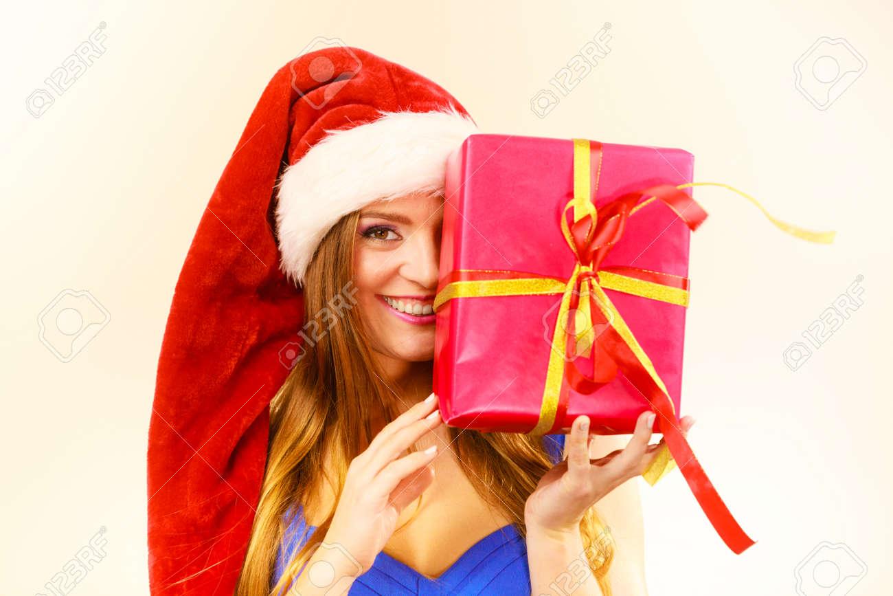 Reizende Frau, Die Weihnachtsmann-Hut Hält Großes Rotes ...